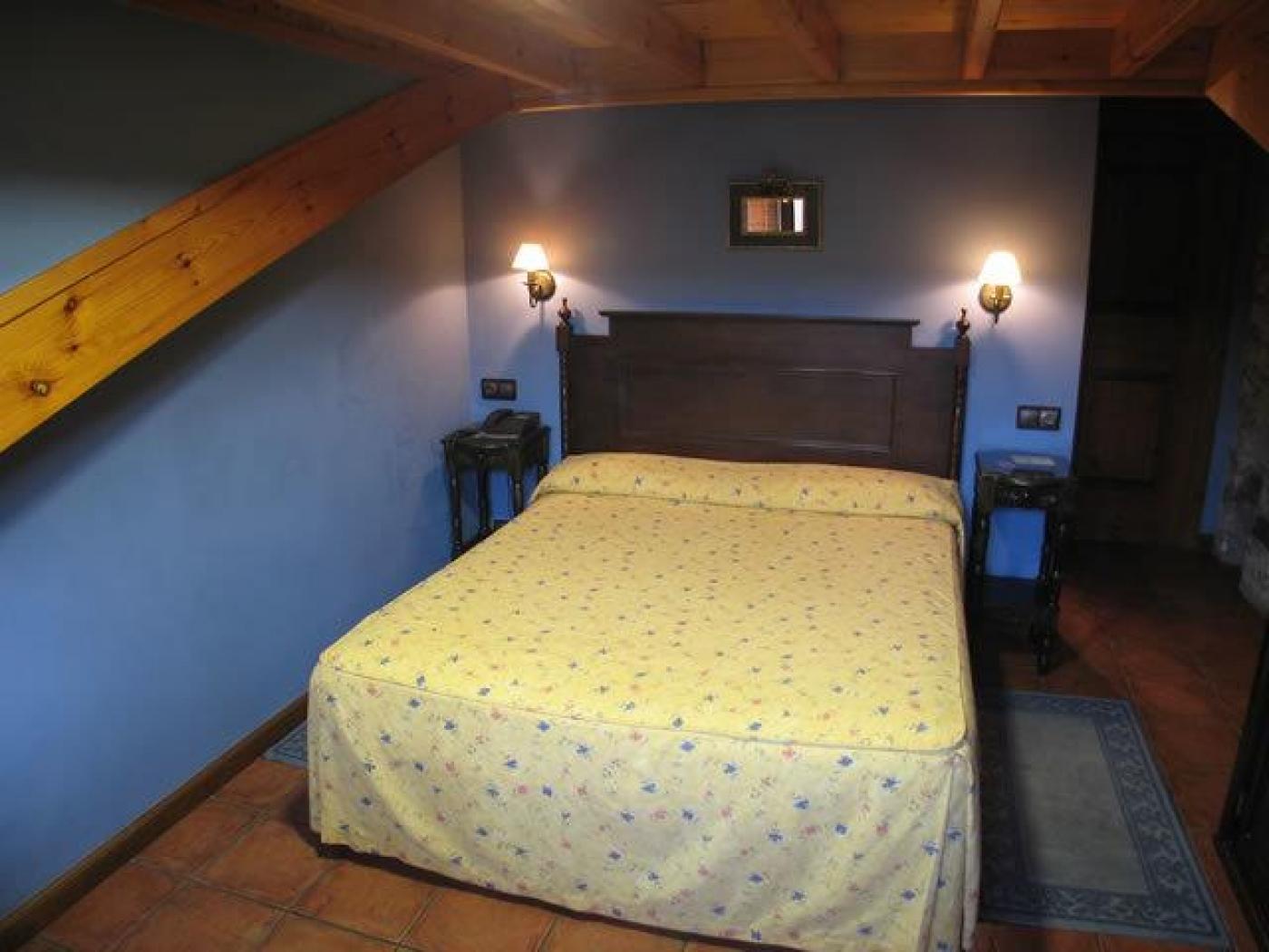 Frontal Cama Habitación amarilla La Posada del Rey